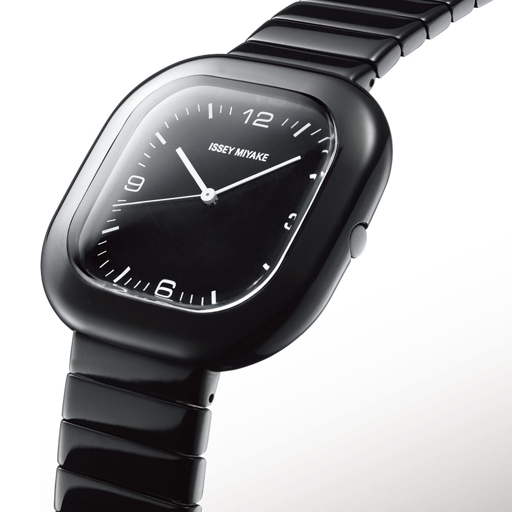 <span>The design of a metal band plays a major role in wearing comfort.  Here, the shape and structure are quite simple. With all edges rounded, the band fully complements the gentleness of the case. Comfortable wear is ensured.</span>