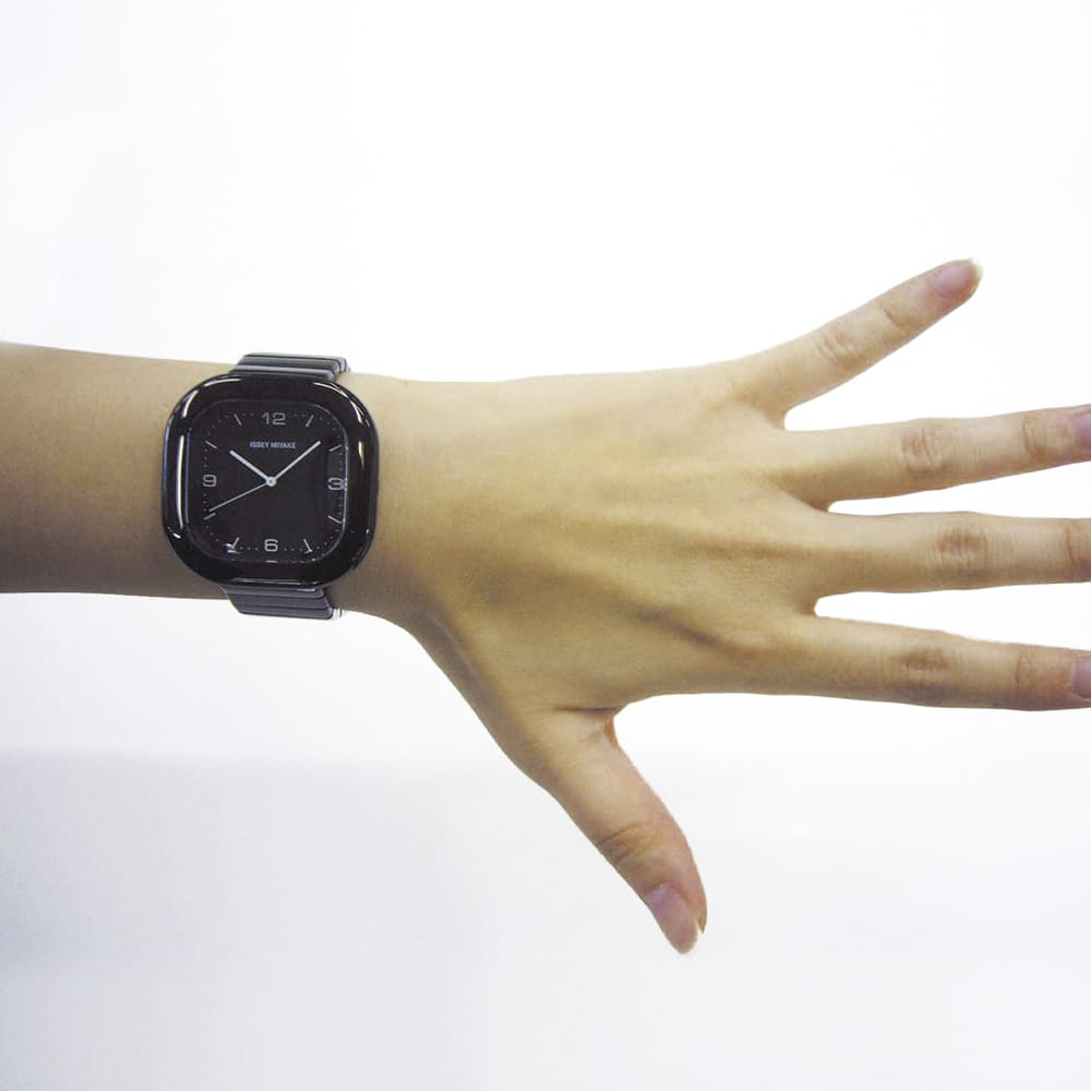 <span>A shape was created to match anyone's wrist. The rounded square cushion shape is unique for a watch. The result is indeed universal and genderless.</span>