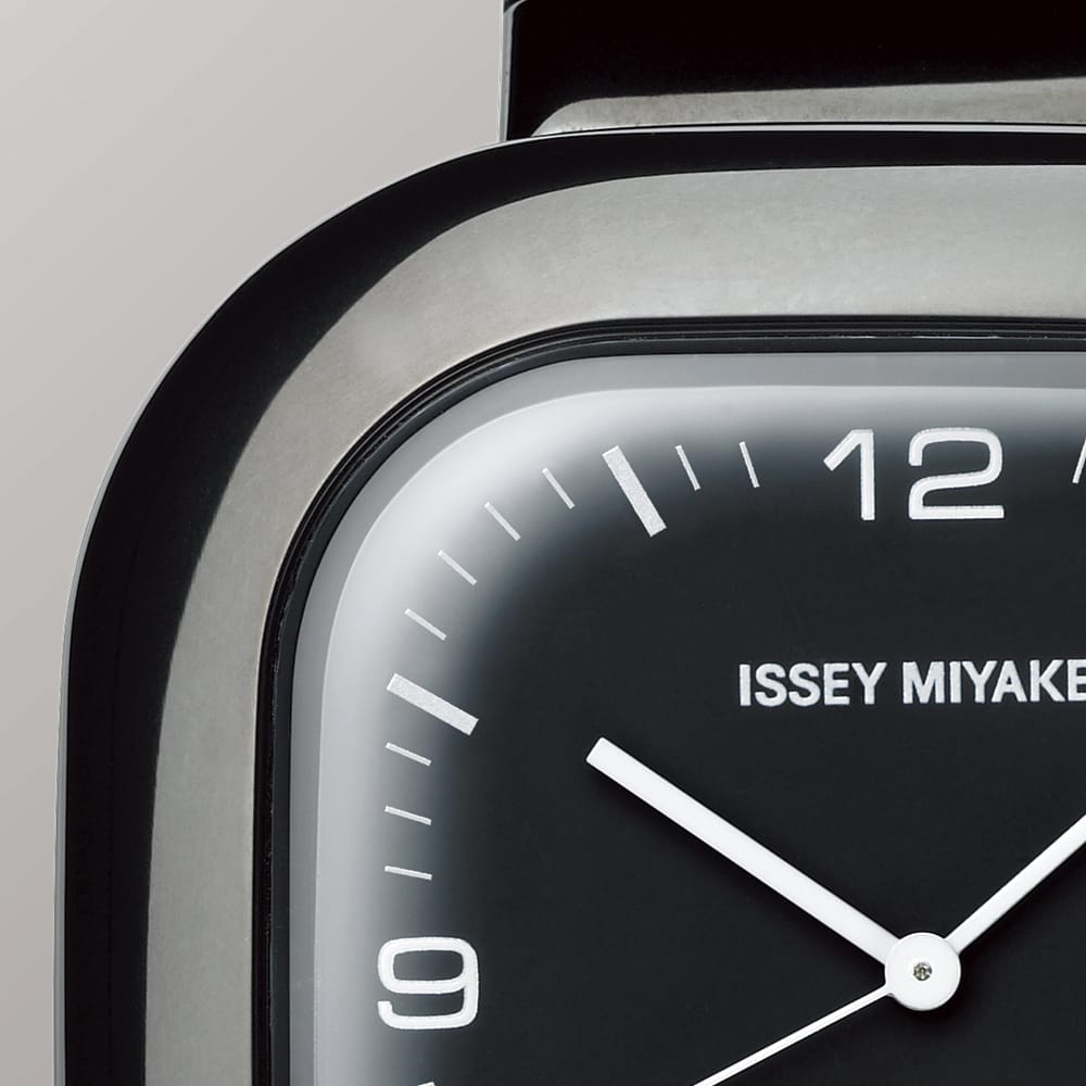 <span>The curves of the case extend to the curve of the crystal. This composite curved shape is formed from inorganic, highly durable, scratch-resistant glass. Refractive effects of squaring the glass give the dial a soft look as well.</span>