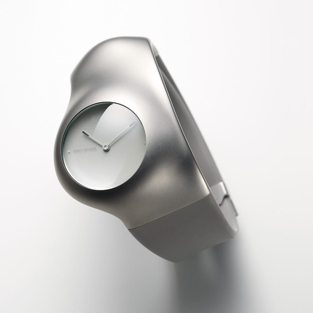 "Human Watch.<span>""Hu"" is a watch series generated under the theme of human and human friendliness. Its organic shape made of titanium and silicon materials gently holds and fits into your wrist. With the ""Hu"" watch series, Mr. Ross Lovegrove embodies his philosophy that a watch is a part of the human body. The dial has a slight slope on a 25°angle to the right, which makes the dial naturally and easily viewable. The brand logo is placed in the 9 o'clock position.</span>"