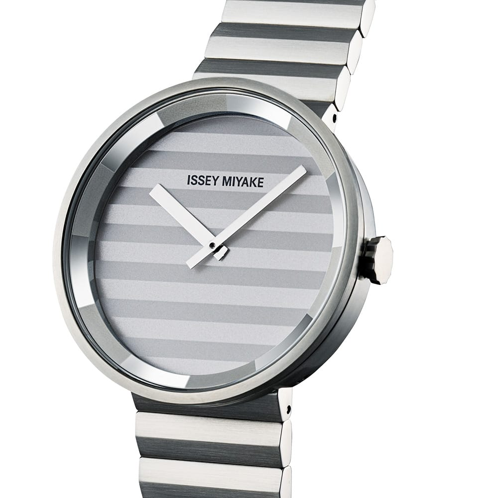 <span>Crimped patterns like pleated fabric appear on the dial and the surface of the metal band. The shading of the patterns lends a unique nuance to the watch.</span>