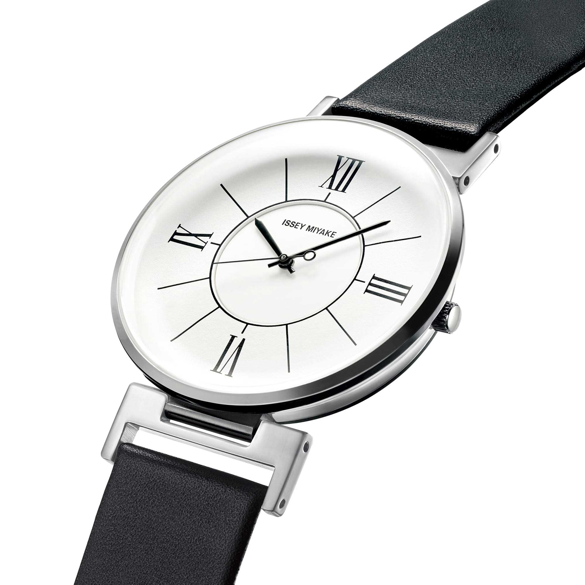 <span>The glass, with its glossy, curved surface like that of a car body, has been produced through careful cutting and processing. Its combination with the curved dial creates a cosmopolitan space. The glass of this watch is smooth to the touch.</span>