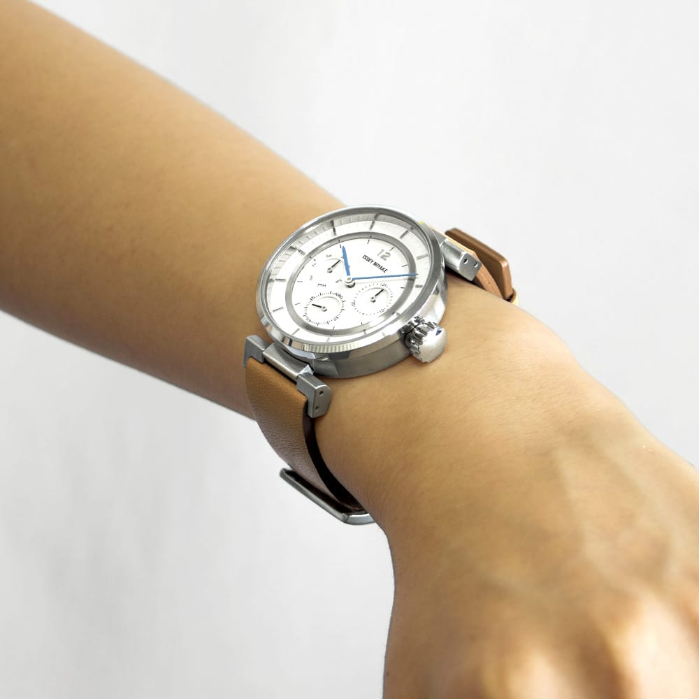 <span>With a boys-size case and substantial band, the watch fits to the wrist very well. Men with slender arms as well as women will enjoy the comfortable feel when wearing it. Note: Try-on is recommended before purchasing.</span>