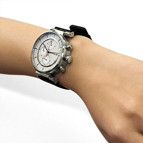 <span>Regardless of the large case as well as the bulky leather and metal bands, this well-fitting feature allows people with small wrists to wear this watch. Note: Try-on is recommended before purchasing.</span>
